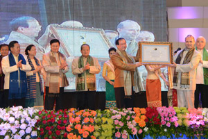 Professor Dr Anton Caragea (right) hands over the award to Professor Dr Bosengkham Vongdara at the Don Chan Palace hotel in Vientiane yesterday in the presence of Deputy PM Mr Asang Laoly, Deputy PM Dr Thongloun Sisoulith and other high-ranking officials.