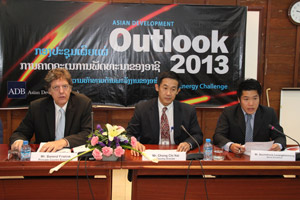 Mr Chong Chi Nai ( second right ) attends a press conference in Vientiane yesterday