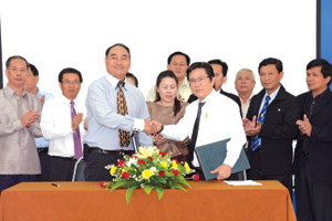 Mr Yakua Lopangkao (left) shakes hands with Mr Nguyen Van Minh after signing the contract.
