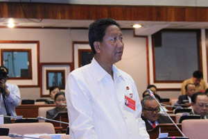 Mr Khamchanh Khamvongchay speaks at the debate.